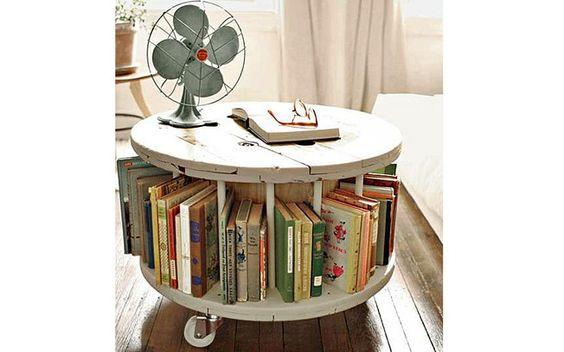 Adaptada, a bobina velha foi transformada em uma mini estante de livros. Foto: Reprodução / Blog Decore do seu Jeito