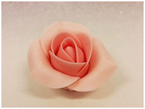Decorazioni pasta di zucchero: il foto tutorial per creare rose, roselline e boccioli con cui decorare torte, cupcake e pasticcini.