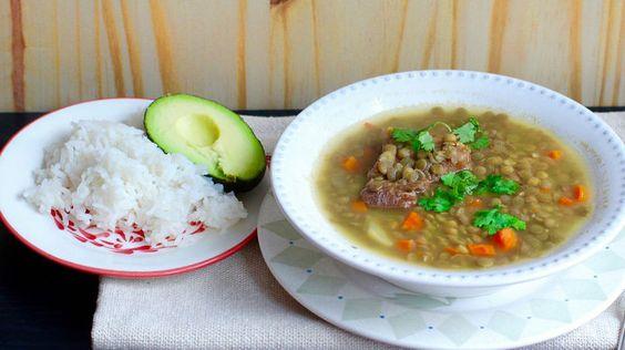 La sopa de lentejas es una de las sopas más populares en los hogares colombianos y es una de mis favoritas. Me gusta servir esta sopa con arroz blanco y aguacate. Esta sopa de lentejas es perfecta para un día frío de invierno porque es muy reconfortante.