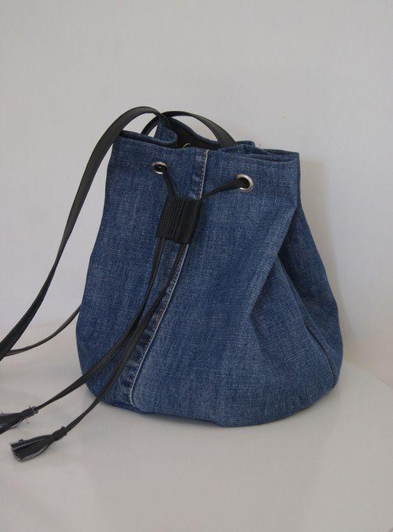 Sac bandouli re forme seau bourse en jean recycl pinterest inspiration et jeans - Sac en jean customisation ...