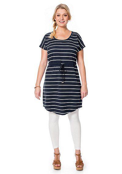 Maritimes Sommerkleid mit Rundhalsausschnitt und Schnürung in der Taille in Dunkelblau mit weißen Streifen.