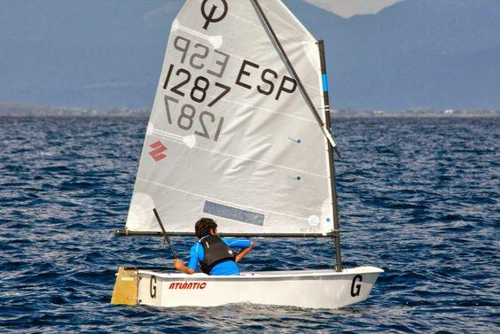 Este soy yo, mi barco de vela en una competicion