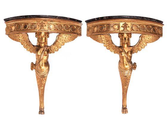 Höhe: ca. 86 cm. Breite: 72 cm. Tiefe: 52 cm. Seitenlänge: 52 cm. Italien, Ende 18./ Anfang 19. Jahrhundert. Holz, geschnitzt und goldgefasst. Das zentrale...