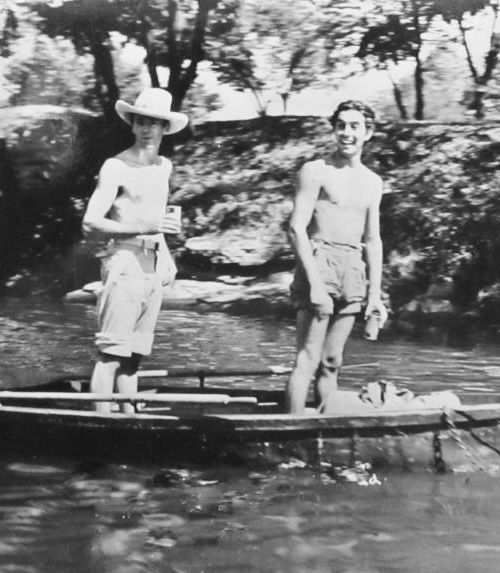 Henry Fonda and Tyrone Power take a break from filming Jesse James (Henry King, 1939):