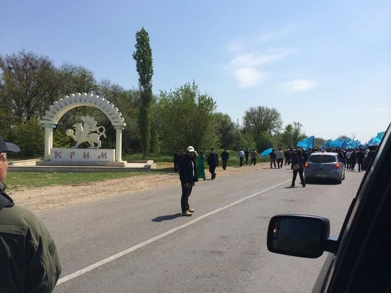 KIRIM Girişi. #KIRIM,#Crimea. pic.twitter.com/6J4hsms6Zy photos of the stand-off over Mustafa Dzhemilev entering Crimea, see @A_OMERKIRIMLI's timeline. A lot of police to stop one old man. 03-05-14