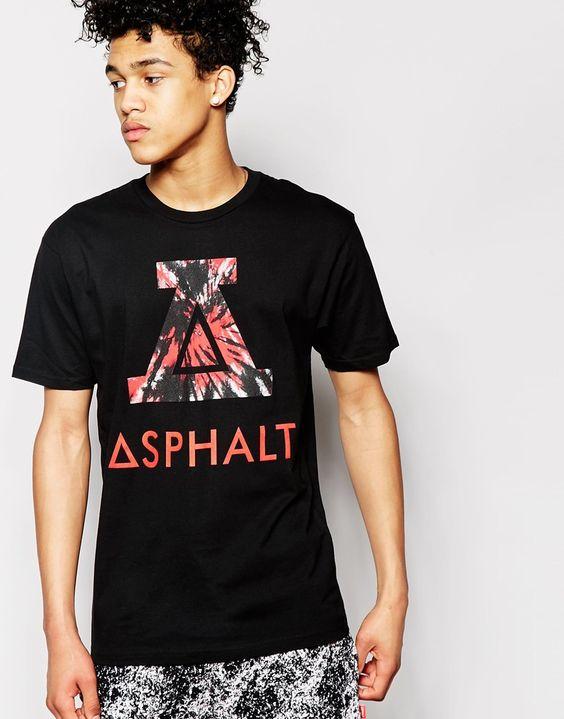 T-Shirt von Asphalt Yacht Club weiches Jersey Rundhalsausschnitt großer Logoaufdruck reguläre Passform - entspricht den Größenangaben Maschinenwäsche 100% Baumwolle Model trägt Größe M und ist 188 cm/6 Fuß 2 Zoll groß