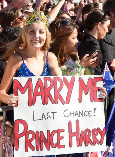 """Victoria McRae com seu cartaz e com sua """"coroa"""": """"Case comigo. Última chance! Príncipe Harry"""" Foto: POOL / REUTERS"""