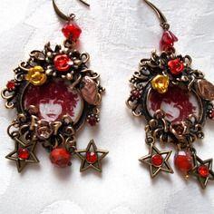 Boucles d'oreille rouge predominant et metal bronze fonce