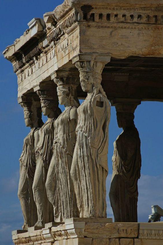 Acrópolis - As Cariátides...        O pórtico consta de seis colunas policromadas com figuras de mulheres (cariátides) de 2,3 metros de altura.          Todas são cópias, cinco das originais estão no Museu da Acrópoles e a sexta no Museu Britânico (Londres).