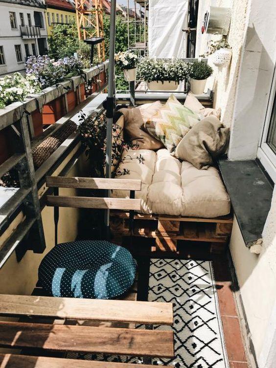 Clevere Einrichtungsidee für den kleinen Balkon - maßgeschneiderte Palettenmöbel