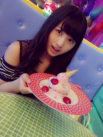 パンケーキを持つ大和田南那