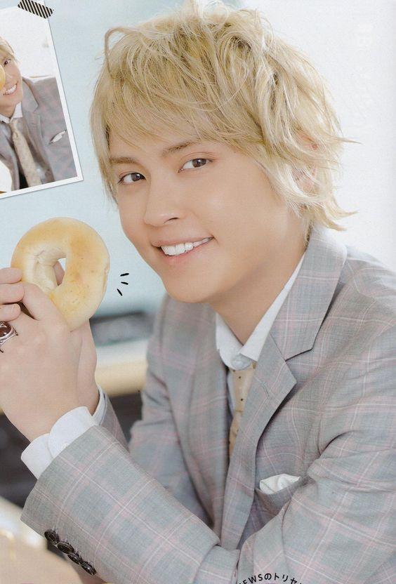 チェックのスーツを着てドーナツを持っている手越祐也の髪型の画像