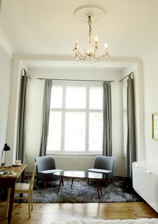 Essbereich Mit Bücherregal-Wand Und Küchenzeile In Schöner