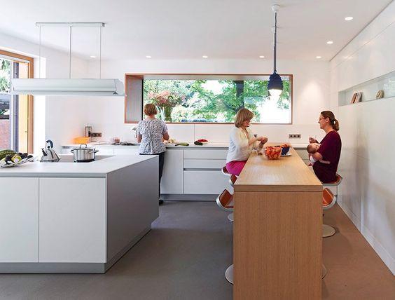 Luxury Ein weisser Epoxidharz Boden zieht sich durch die gesamte Business Suite Ein frei stehender Edelstahlblock enth lt die komplette K che Boffi