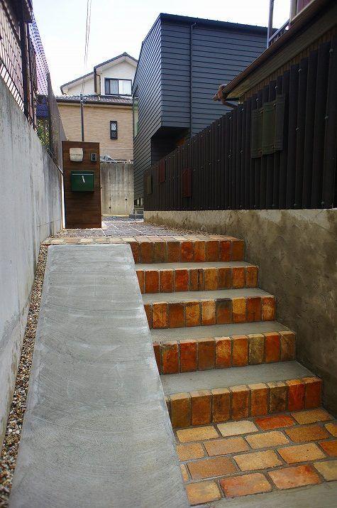 傾斜のある旗竿地でもカッコイイ外構例 レンガの階段 レンガ 玄関