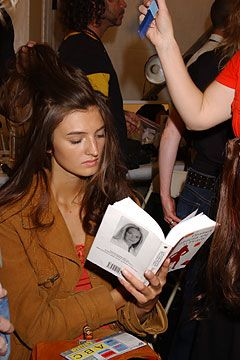 models reading book - Cerca con Google