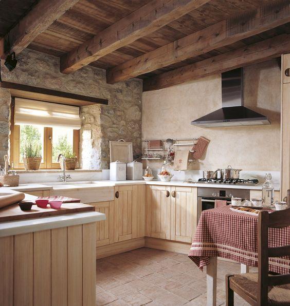 Cocina r stica muebles madera beige pared piedra techo for Fregaderos de barro