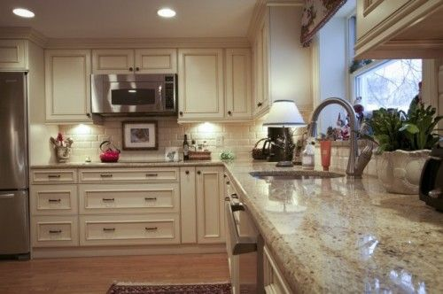 Bingo colonial cream granite backsplash cabinet color for Colonial kitchen cabinet ideas