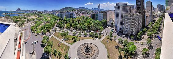 Praça Mahatma Gandhi no Centro da Cidade com Avenida Rio Branco à direita e à frente Glória, Santa Teresa, Aterro do Flamengo, Pão de Açúcar e Cristo Redentor. Rio de Janeiro Brasil.