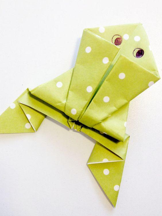 Plus qu'un simple pliage en origami, il est possible de faire sauter cette grenouille lorsque l'on appuie à l'arrière. Comment faire ? Vous prenez du papier, des ciseaux et vous lisez l'explication juste en dessous. Et que ça saute !
