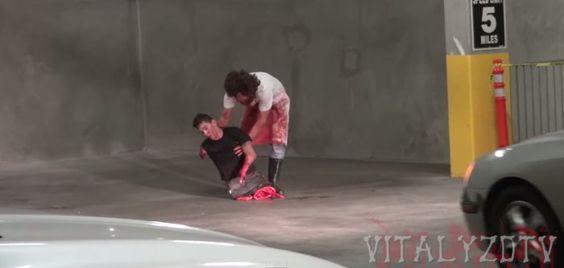 Broma macabra de la motosierra, video de YouTube donde un tipo le pega un gran susto a muchas personas en un estacionamiento de autos, esta buenisimo