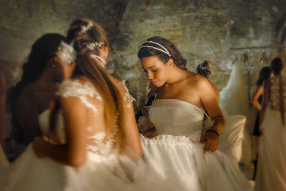 Riviviamo insieme i migliori momenti della Finale Nazionale @missartemodaitalia ... Partiamo dal Backstage della prima sfilata con gli splendidi abiti @magnanisposa. Ad impreziosire i capelli delle ragazze i miei accessori artigianali in fiori in seta pura corallini tulle e raso. Model: Eleonora Guarino  #cappello #cappelli #hat #instalike #instafun #instalife #fashion #womenfashion #madeinitaly #livorno #madeinitaly #moda #modadonna #fascinator #artigianato #modisteria #modella #modelle…