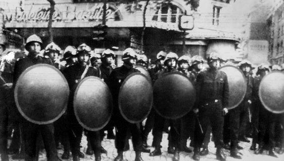 Repressão policial às manifestações estudantis. Paris, 23 de maio de 1968. Correio da Manhã