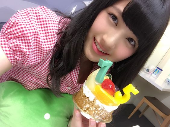 ケーキを持っている大和田南那