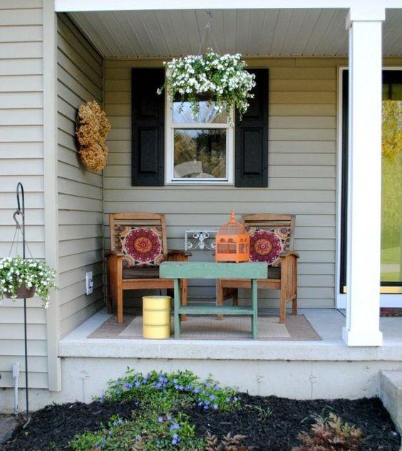 Auf einer kleinen Veranda können Sie einen kleinen Sitzbereich gestalten