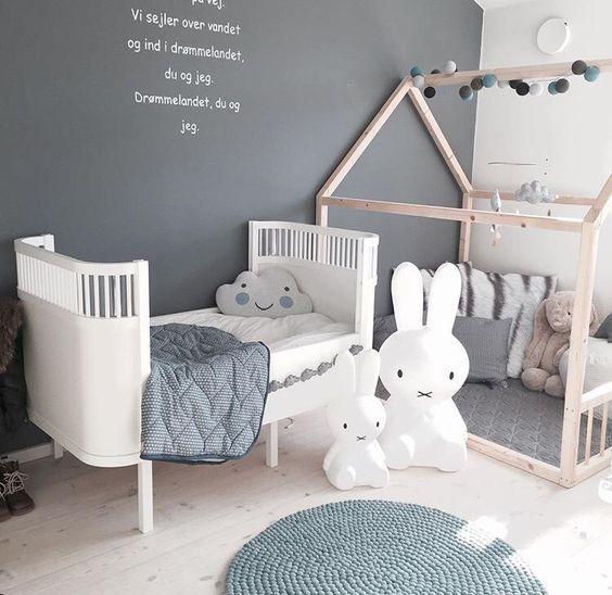 Szary pokój dziecięcy z domkiem do spania i zabawy