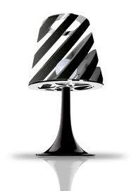 La lampara esta encima de la mesita.