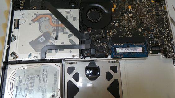 """Démontage de l'ordinateur pour la réparation.  MacBook Pro A1278 13"""", Début 2011 Réparation dégâts liquides"""