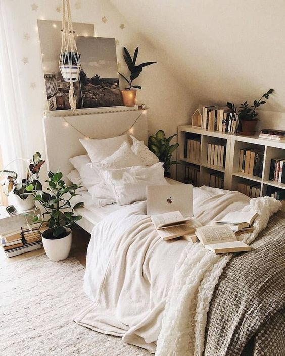 Blanche chambre belle déco cosy, plantes vertes, photographie noir et blanche, chambre étudiant avec lumière naturelle