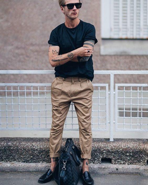 黒いTシャツとベージュのチノパン)