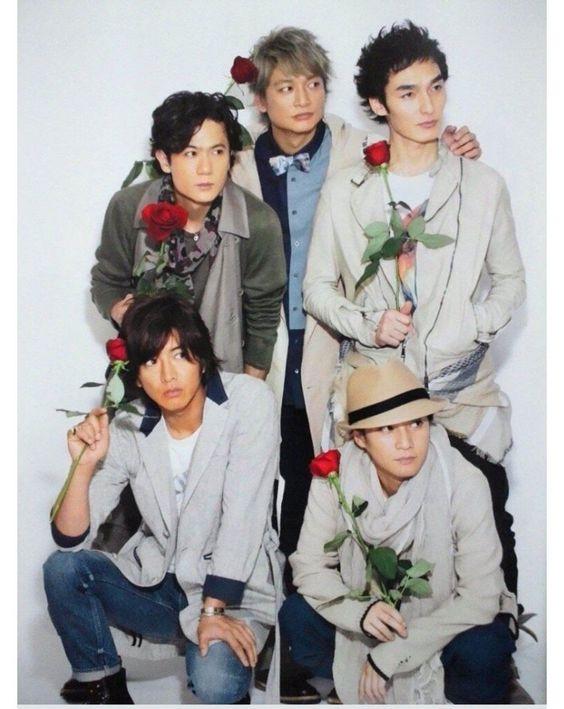 バラを持っているSMAPの画像