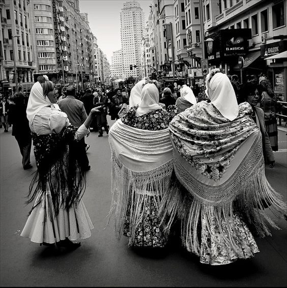 A sacar los mantones de manila del armario... Y a ponerse bien chulapos! #EstoEsBroadway #SanIsidro #Madrid