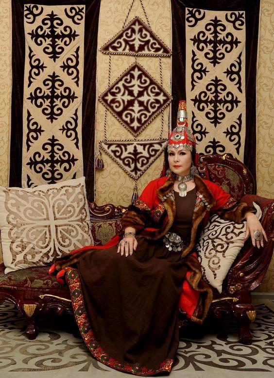 Maira Mukhamedkyzy – kazakh opera singer in national costume