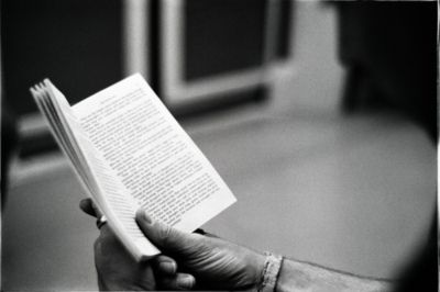leyendo un libro (reading a book) underground shot, a guy reading a book while traveling. (pic taken by dottor maku)