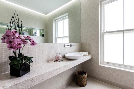 Salle de bain girly décorée avec des orchidées rose