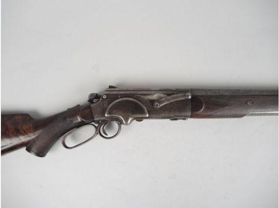 10,1-Rare fusil Larsen calibre 12/65 numéro 422 marqué sur la flasque du mécanisme « Larsen Winterro(X) Patent », curieux fusil à réarmement par levier de sous garde, biellette extérieure de réarmement sur le flanc droit de la bascule. Canon à bande ventilée striée plate dans la masse de 710 mm de long plein choke. Tube magasin en tôle habillé de deux flasque en noyer quadrillé, forte capuche en corne noire quadrillée. Crosse en ronce de noyer forme pistolet avec capuche corne noire, plaque…