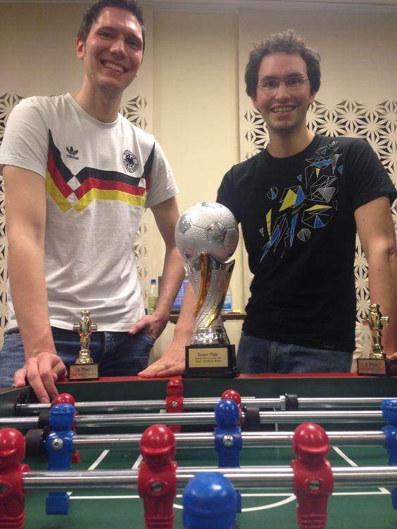 Die beiden Sieger des 7. Vogel-Tischkicker-Cups: Michael Schenk (li.) und Claudio Weck. Viel Spaß mit dem Wander-Pokal!