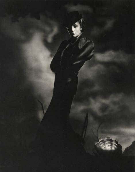 Mainbocher dress 1936, photograph by Horst.