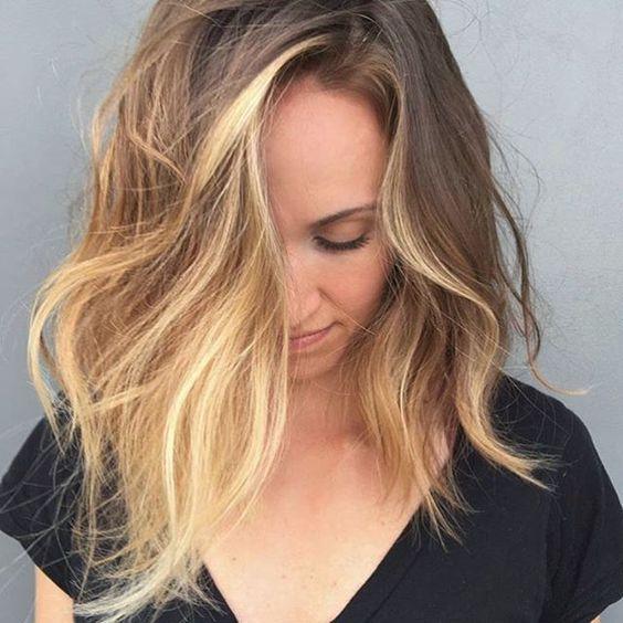 @marcoproencaoficial | Pontos de luzes concentrados no contorno do rosto, efeito especial para cor natural castanho claro | Hair | Highlights