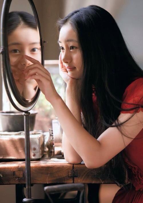 鏡を見つめる忽那汐里