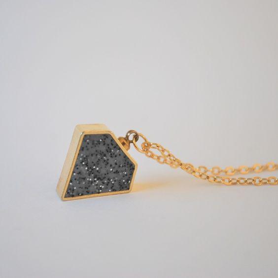 NYHET! Halsband Diamant granit/guld med kedja. via majas punkt.. Click on the image to see more!