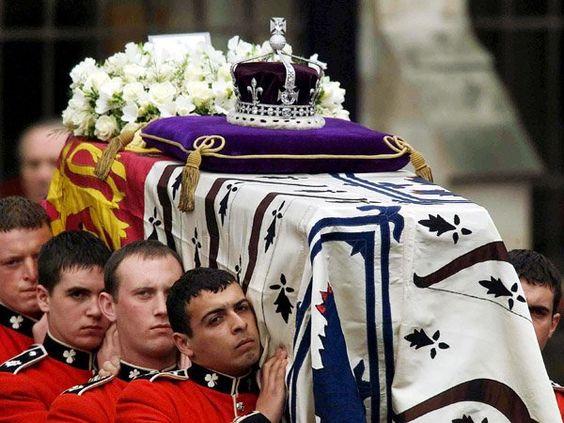 9. April 2002: Am 30. März 2002 starb Queen Mum im Alter von 101 Jahren auf Schloss Windsor. Niemals zuvor in der Geschichte der britischen Monarchie wurde eine Familienmitglied so alt wie Queen Mum.