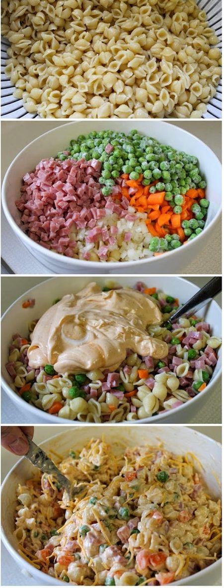 Ensalada de pasta de Verano Ingredientes: 5 tazas de pasta cocida de concha chica (aproximadamente 3 tazas seco) 3/4 taza de zanahorias crudas en cubitos 1/4 taza de cebolla picada 1 1/2 taza de jamón mini cubos 1 paquete de guisantes congelados 1/2 cuch de sal 1/8 cucharadita de pimienta 16 oz de crema agria 1/2 taza de aderezo francés 1/2 cucharada sazonador de sal 1 taza de queso rallado Colby-jack o queso cheddar Opcional: apio picado, pimiento verde cortado en cubitos