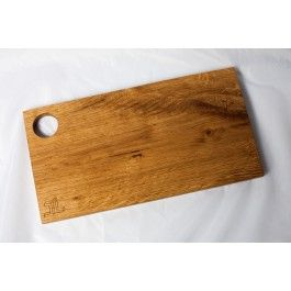 Frühstücksbrettchen aus vollmassivem Eichenholz, handgefertigt. Das mit natürlichem Sonnenblumenöl behandelte Brettchen ist nicht nur ein Hingucker, sondern bietet auch noch Platz für das Frühstücksei!Maße: 30x16 cm