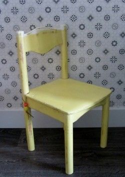 houten schoolstoel, geschilderd in pastel geel/wit