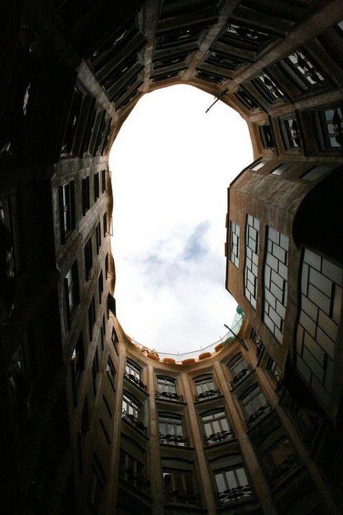 Mirando al cielo en la Casa Milà